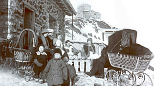 In all 17 people lived on the mountain top during its most active periods.  Three children were actually born there and altogether there were 7 children on Haldde.  Back far right: Dagny Devik, Dagny Krogness and Ole Andreas Krogness. Both the Krogness and Devold families had a housemaid.